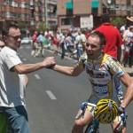 Dani celebrando el triunfo con su padre