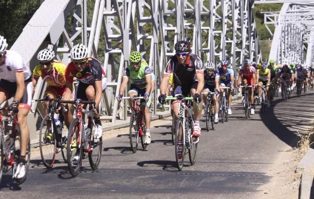 Pelotón transitando por el puente de hierro de Zamora.