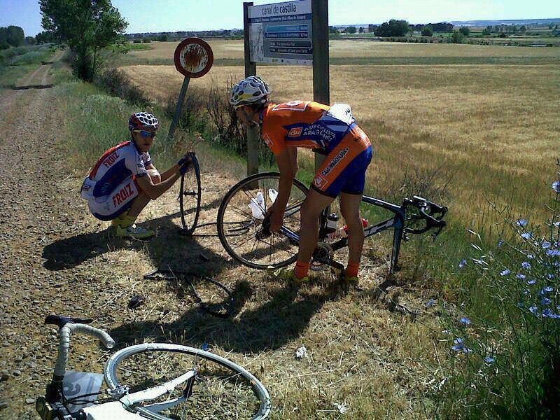 Noel y Linares arreglando un pinchazo del primero