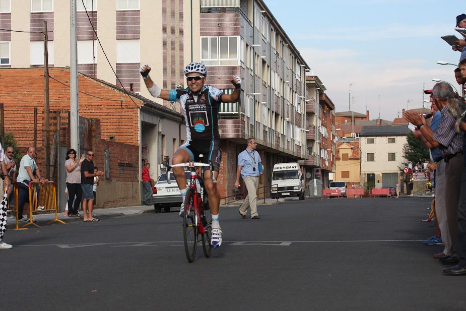Antonio celebrando la victoria