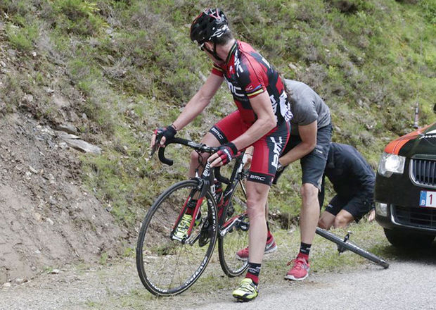 Pinchazo de Cadel Evans en el Tour