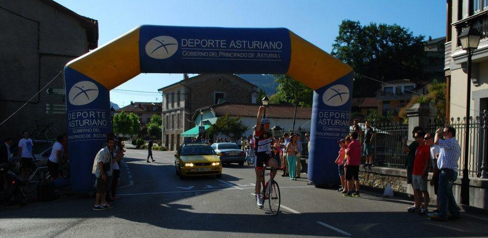 Carlos Galván llega primero a la meta de Rioseco Sobrescobio). Foto: Cerveza Caleya