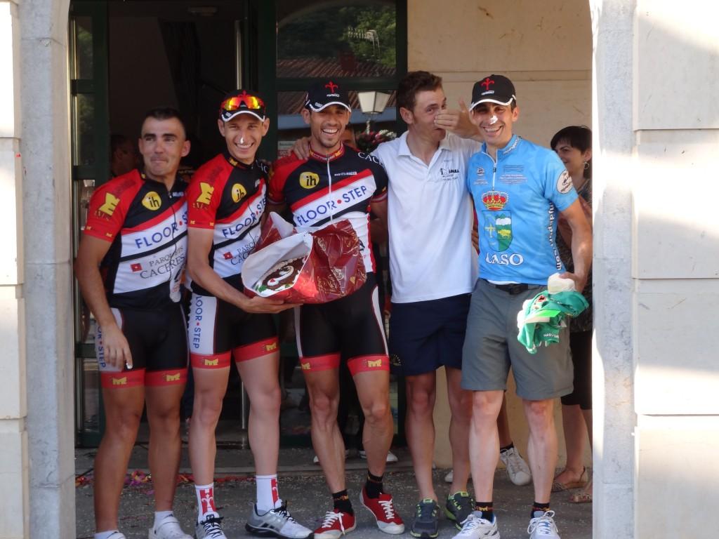 Más Madera Valladolid, primer equipo clasificado con la tarta que premió su esfuerzo.