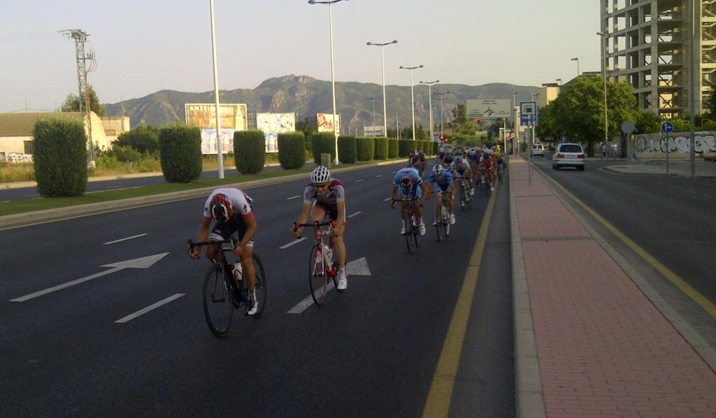 Sprint del pelotón. Foto: Iñaki Villoria
