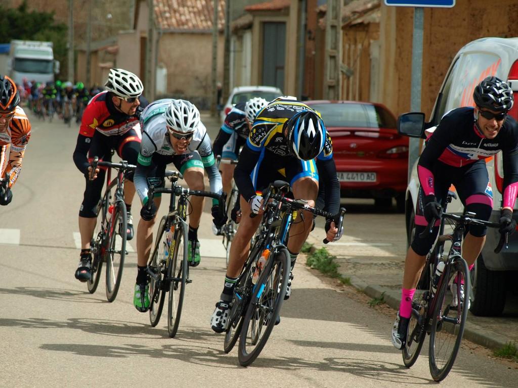 Sprint. Por la derecha Sergio y Treceño en el centro a punto de superarle. Foto: Guillermo Prieto