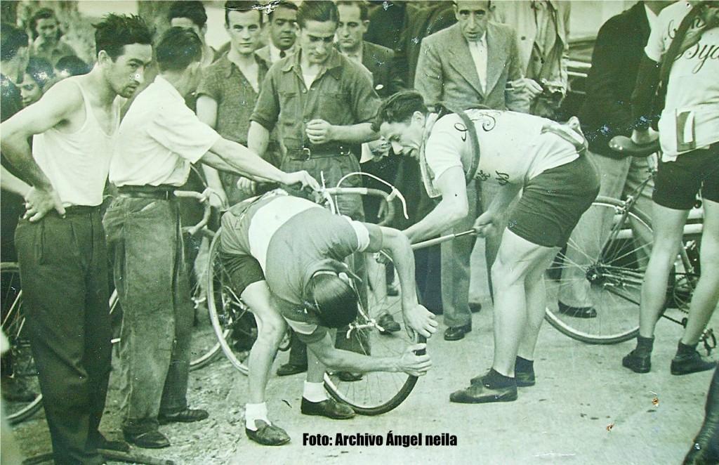 Los pinchazos siempre han existido en el ciclismo. Aquí vemos a Fermín Trueba reparando uno.