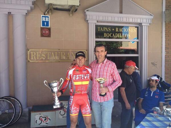 Pispajo recibe el premio en la Vuelta a los Pinares Segovianos.
