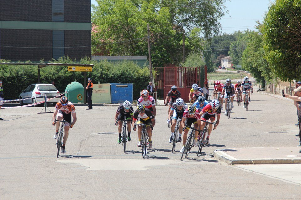 Sprint del grupo perseguidor. Foto: La Voz de Rioseco