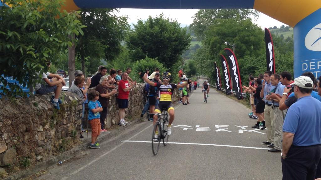 Miguel Ángel Andrés cruza vencedor la línea de meta