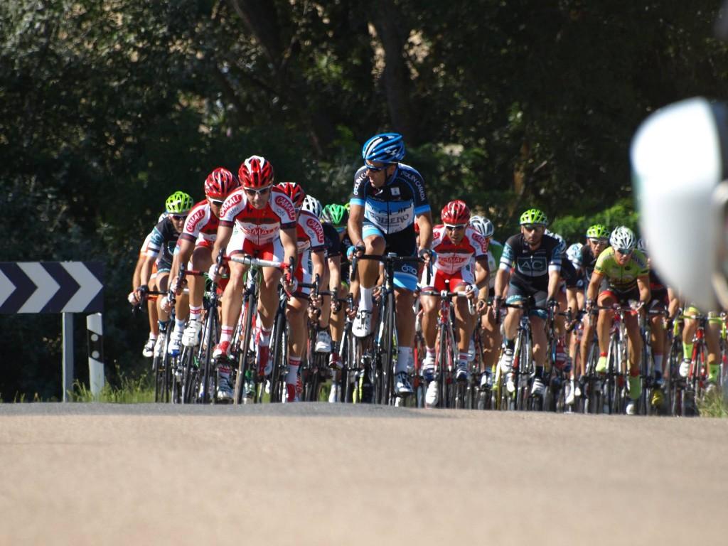 Ciclos Ébora y Puma en cabeza de pelotón. Foto: Eduardo Roldán.