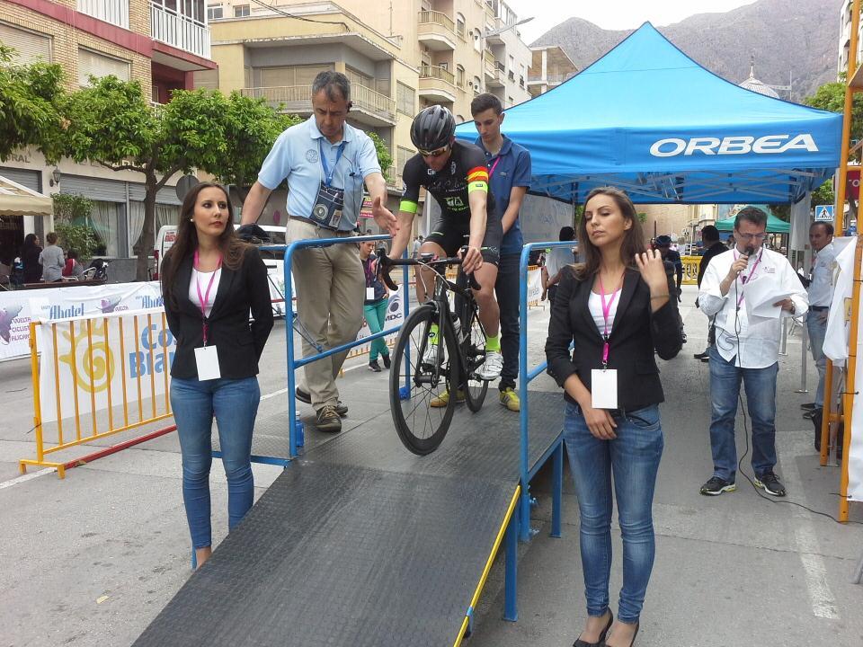 Pispajo a punto de tomar la salida flanqueado por PAtricia y Nerea, azafatas de La Vuelta. Foto: Vuelta Ciclista a Alicante