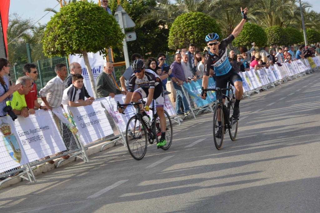 Victoria de Puma sobre Camacho. Foto: Vuelta Ciclista a Alicante