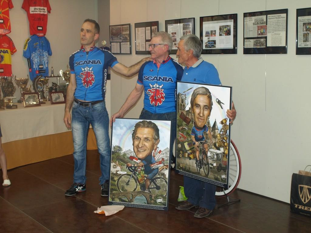 Manuel y Lurgain posan junto a las caricaturas realizadas por Martintxo Altzueta. Foto: Senkirol