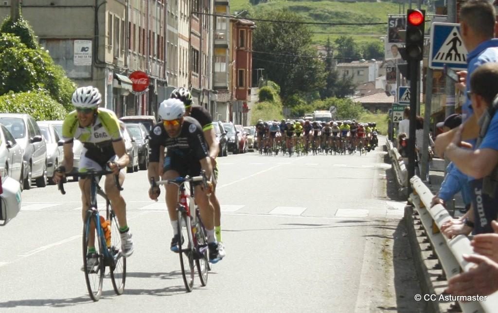 Koldo y Pablo en uno de los intentos de escapada. Foto: Club Ciclista Asturmáster