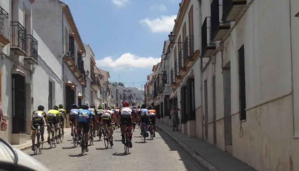 Pelotón al paso por la dura calle de San Cristóbal. Foto: FAC