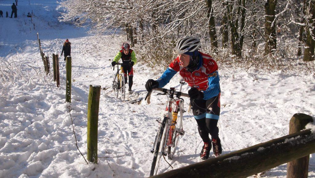 Ciclistas en la nieve